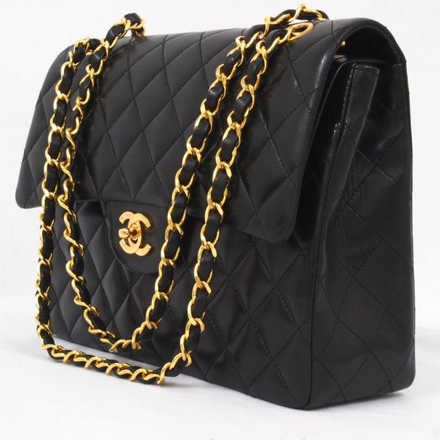 Avec le 2.55 de Chanel, Coco Chanel propose aux femmes une révolution   au  lieu des pochettes en usage à l époque, voici un sac qui se porte à  l épaule ... c0458319b73